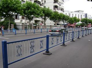 如何看待马路中间的护栏?