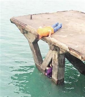 女子在演武大桥跳海自杀,中途又爬回来.