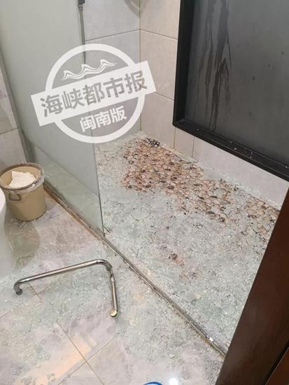 男子入住酒店浴室玻璃破碎划伤被送医 考试不成进医院