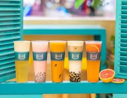"""超嗲!这家藏在人气商场里的""""彩虹奶茶店""""2周年店庆,0元加盟!"""